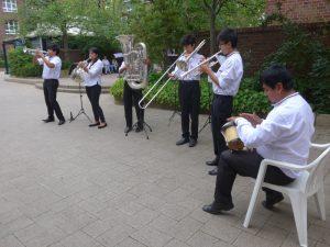 Die Brass-Band spielt im Hof der Seniorenanlage TIBUS